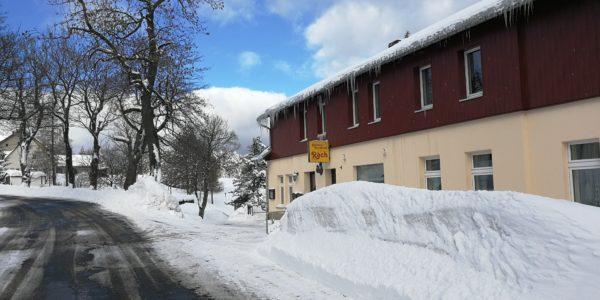 Liebe Wintersportfreunde, macht doch gerne in unserem Hauptgeschäft in Reitzenhain Rast. Ihr findet uns direkt an der Kammloipe.